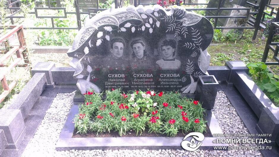 Памятник Роза из двух видов гранита Волоколамск Лампадка из лезниковского гранита резная Котовск